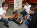 Schüler mit dem youbot von KUKA